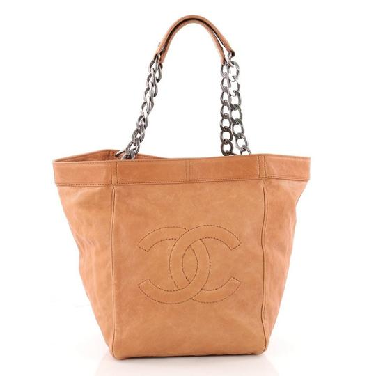 Preload https://img-static.tradesy.com/item/24156437/chanel-cc-chain-caviar-large-dark-tan-leather-tote-0-0-540-540.jpg