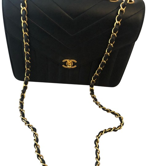 Preload https://img-static.tradesy.com/item/24166026/chanel-classic-flap-chevron-9-black-with-gold-hardware-lambskin-leather-shoulder-bag-0-1-540-540.jpg