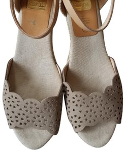Kanna Espadrille Size 9 Like New Comfortable Neutral tan Wedges