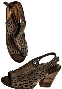 Very Volatile Very Voltile Laser Cut Daisy Stacked Slingback Brown Fall Shoes size 9 Boots