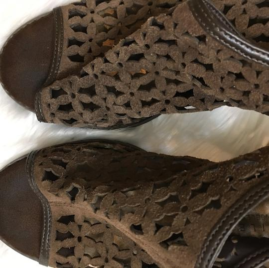 Very Volatile Very Voltile Laser Cut Daisy Stacked Slingback Brown Fall Shoes size 9 Boots Image 1