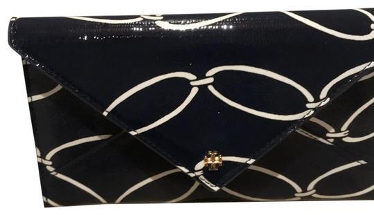 Preload https://img-static.tradesy.com/item/24189866/tory-burch-navy-blue-and-white-robinson-envelope-wallet-0-1-540-540.jpg
