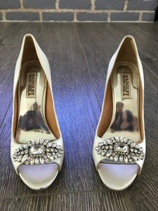 Badgley Mischka Ivory Satin Pump Formal Size US 6.5 Regular (M, B)