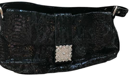 Preload https://img-static.tradesy.com/item/24222097/alfani-faux-snake-skin-clutch-0-1-540-540.jpg