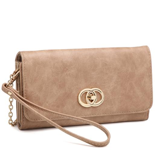 Preload https://img-static.tradesy.com/item/24223694/wallet-clutchwristlet-with-twist-lock-closure-camel-faux-leather-wristlet-0-0-540-540.jpg