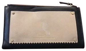 India Hicks take out wallet