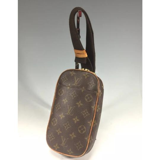 Preload https://img-static.tradesy.com/item/24239959/louis-vuitton-gange-pochette-waist-bum-fanny-pack-monogram-canvas-cross-body-bag-0-2-540-540.jpg