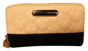 Betsey Johnson White & Black Heart Quilted Zip Around Wallet