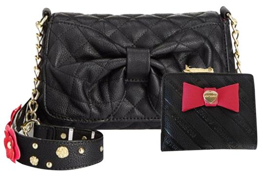 Preload https://img-static.tradesy.com/item/24263360/betsey-johnson-quilted-bow-floral-strap-black-faux-leather-cross-body-bag-0-3-540-540.jpg