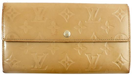 Preload https://img-static.tradesy.com/item/24272071/louis-vuitton-beige-sarah-vernis-monogram-patent-leather-long-clutch-wallet-0-3-540-540.jpg