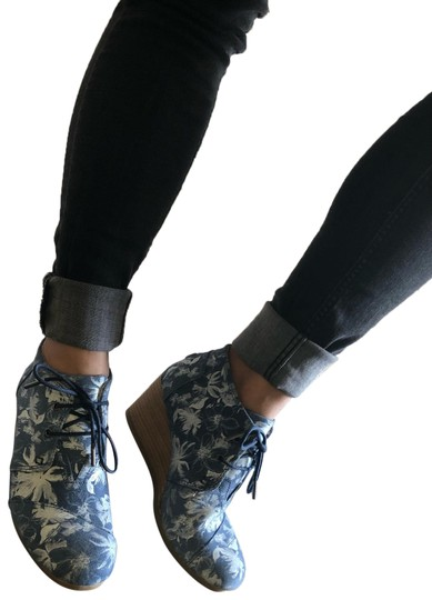 Preload https://img-static.tradesy.com/item/24296494/toms-floral-wedges-size-us-7-regular-m-b-0-3-540-540.jpg