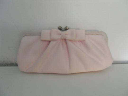 Preload https://img-static.tradesy.com/item/24297540/franchi-silk-with-a-bow-299-pink-satin-clutch-0-0-540-540.jpg