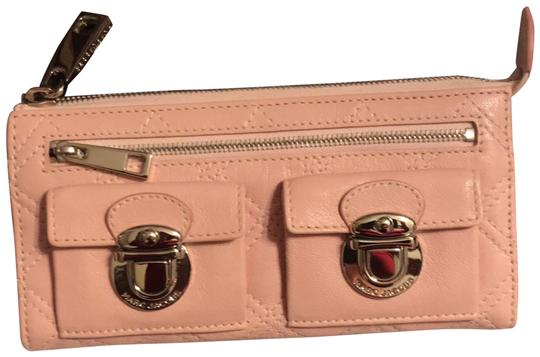 Preload https://img-static.tradesy.com/item/24312068/marc-jacobs-wallet-pink-leather-clutch-0-1-540-540.jpg