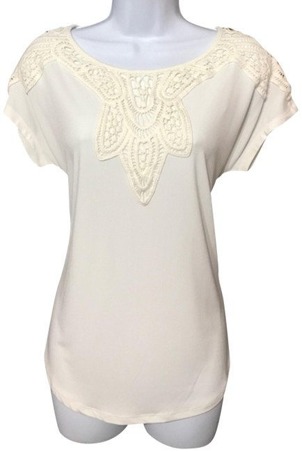 Preload https://img-static.tradesy.com/item/24312753/chelsea-and-theodore-cream-blouse-size-6-s-0-3-650-650.jpg