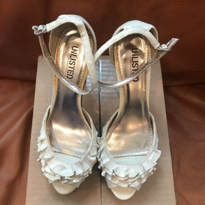 Unlisted by Kenneth Cole creme Pumps