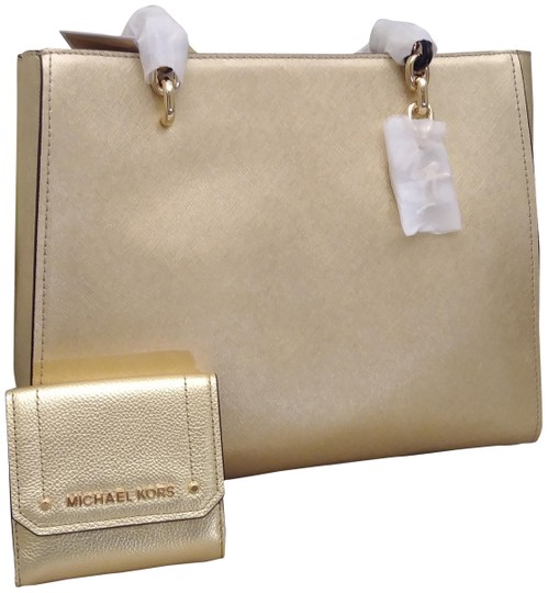 Preload https://img-static.tradesy.com/item/24396256/michael-kors-holiday-special-sofia-susannah-and-hayes-trifold-coin-set-gold-saffiano-leather-tote-0-1-540-540.jpg
