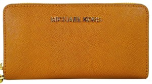 Michael Kors Leather 888235534312 Wristlet in Luggage