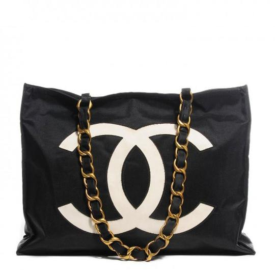 Preload https://img-static.tradesy.com/item/24405786/chanel-vintage-chain-jumbo-cc-black-canvas-tote-0-0-540-540.jpg