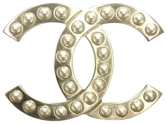 Preload https://img-static.tradesy.com/item/24420682/chanel-golden-classic-pearly-brooch-0-1-540-540.jpg