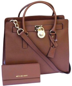 fdce1e2dab5e Michael Kors Mk Hamilton Large Hamilton Ecru Mk Saffiano Leather Tote in  LUGGAGE BROWN/Gold