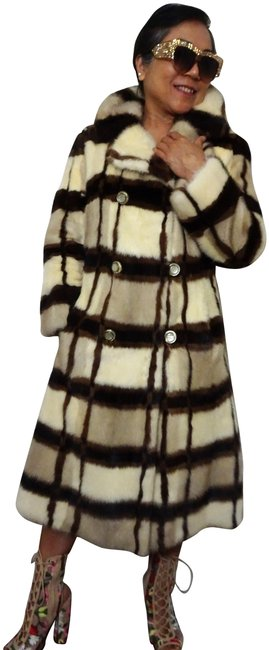 Preload https://img-static.tradesy.com/item/24464264/cream-and-brown-rare-pearl-ivory-and-genuine-mink-coat-size-4-s-0-6-650-650.jpg