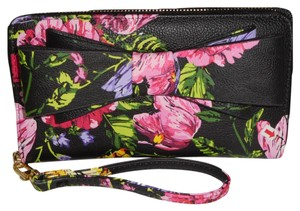Betsey Johnson BLACK FLORAL PRINT ZIP AROUND WALLET /WRISTLET