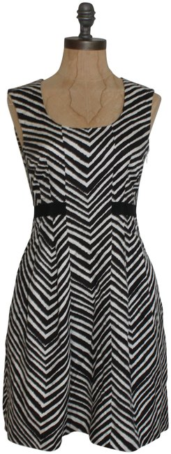 Preload https://img-static.tradesy.com/item/24476988/club-monaco-black-and-white-chevron-pleated-short-night-out-dress-size-0-xs-0-1-650-650.jpg