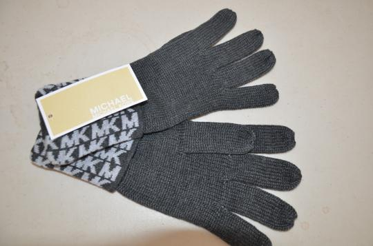 Michael Kors NWT MICHAEL KORS SIGNATURE KNIT GLOVES DERBY GREY ONE SIZE 537413C Image 1