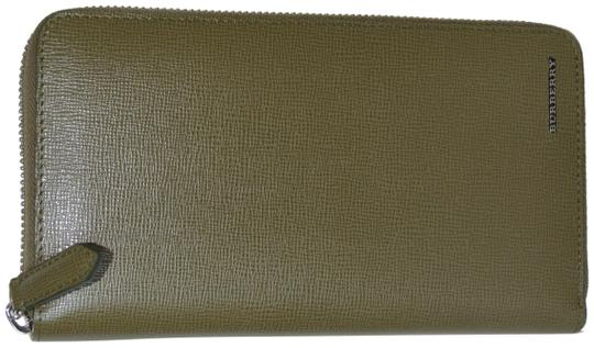 Preload https://img-static.tradesy.com/item/24501149/burberry-olive-green-womens-renfrew-zip-around-made-in-italy-wallet-0-1-540-540.jpg
