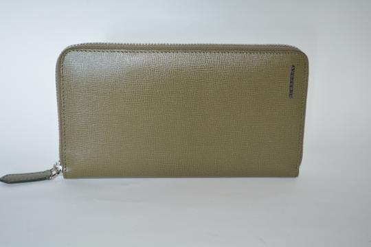 Burberry NWT BURBERRY WOMENS $650 RENFREW ZIP AROUND WALLET MADE IN ITALY Image 2