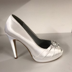 Dyeables White Gianna Pumps Size US 8 Regular (M, B)