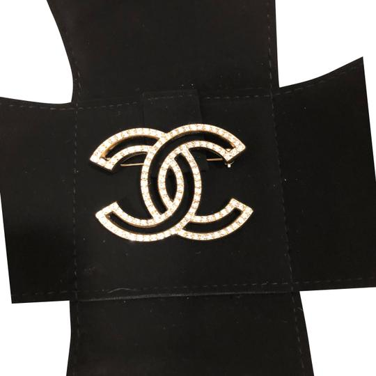 Preload https://img-static.tradesy.com/item/24513313/chanel-gold-and-clear-in-box-brushed-tone-rhinestone-cc-logo-brooch-0-1-540-540.jpg