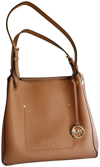 Preload https://img-static.tradesy.com/item/24523552/michael-kors-jet-set-tan-canvas-tote-0-1-540-540.jpg