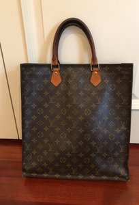 Louis Vuitton Tote in monogrammed brown canvas