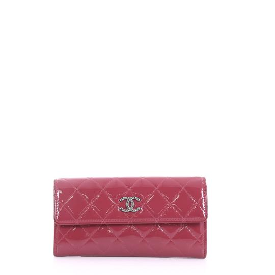 Preload https://img-static.tradesy.com/item/24553806/chanel-brilliant-cc-gusset-flap-wallet-long-purple-patent-leather-wristlet-0-0-540-540.jpg