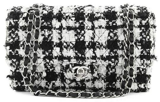 Preload https://img-static.tradesy.com/item/24579602/chanel-classic-quilted-houndstooth-flap-turnlock-chain-black-white-tweed-shoulder-bag-0-0-540-540.jpg