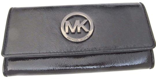 Preload https://img-static.tradesy.com/item/24624452/michael-kors-flap-patent-continental-wallet-black-leather-wristlet-0-1-540-540.jpg