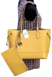 82a1a749dbc3 Michael Kors Large Totes - Up to 90% off at Tradesy