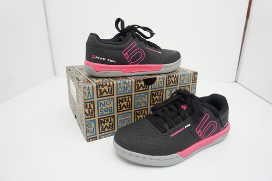 Five Ten Flats Sneakers Lace Up Freerider Size 6 Black / Pink Athletic Image 1