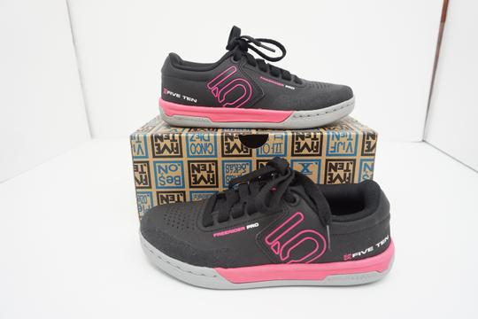 Five Ten Flats Sneakers Lace Up Freerider Size 6 Black / Pink Athletic Image 2