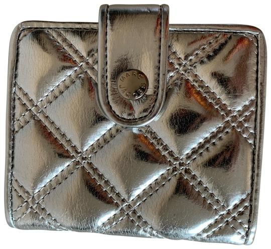 Preload https://img-static.tradesy.com/item/24673229/marc-jacobs-metallic-silver-quilted-patent-leather-wallet-0-1-540-540.jpg