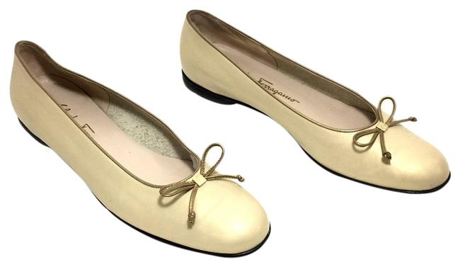 Item - Light Gold W Leather Round W/ Logo & Bows Flats Size US 10 Narrow (Aa, N)