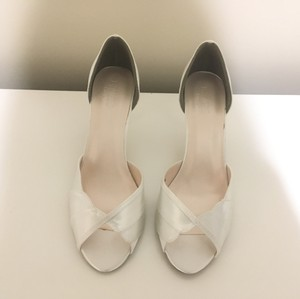David's Bridal White Shellie Pumps Size US 9.5 Regular (M, B)