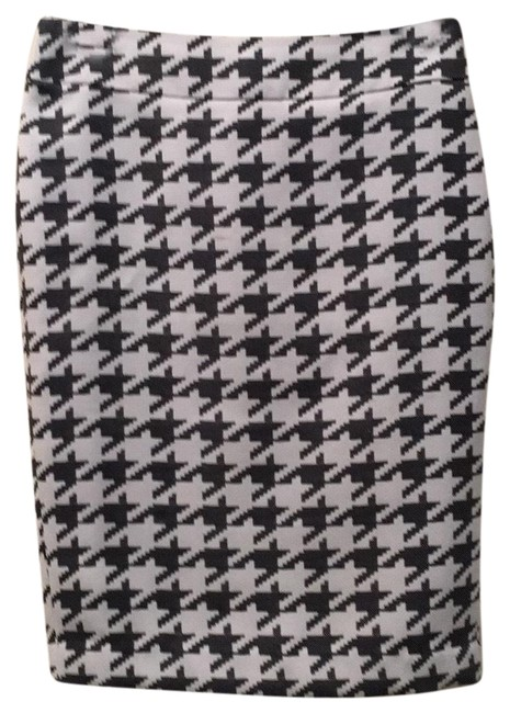 Preload https://img-static.tradesy.com/item/24706960/banana-republic-black-and-white-no-name-or-number-skirt-size-0-xs-25-0-1-650-650.jpg