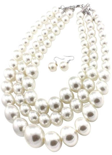 Preload https://img-static.tradesy.com/item/24777465/cream-new-chunky-and-earrings-set-necklace-0-1-540-540.jpg