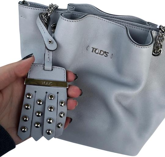 Preload https://img-static.tradesy.com/item/24782335/tod-s-flower-chain-micro-grey-leather-tote-0-3-540-540.jpg