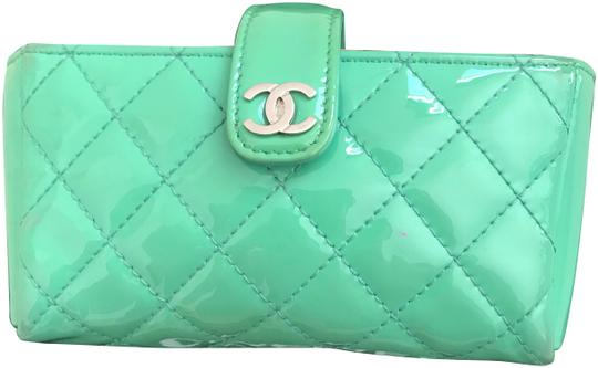 Preload https://img-static.tradesy.com/item/24788419/chanel-green-clutch-guc-quilted-mobile-iphone-case-and-mini-wallet-0-3-540-540.jpg