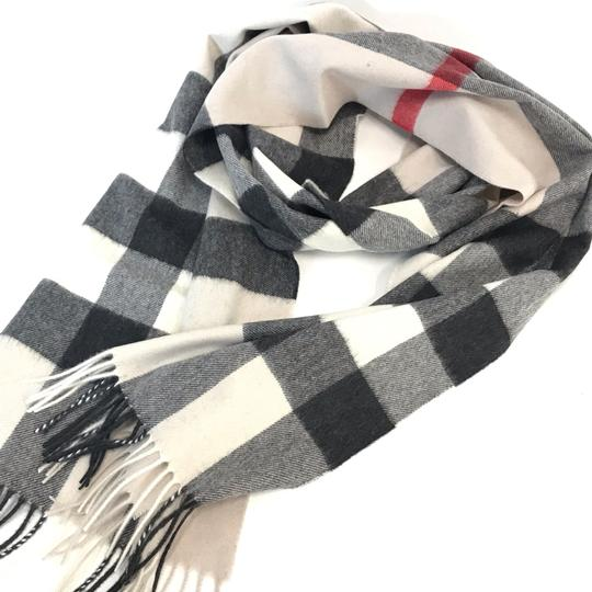 Burberry The Large Classic Cashmere Scarf in Check Image 8