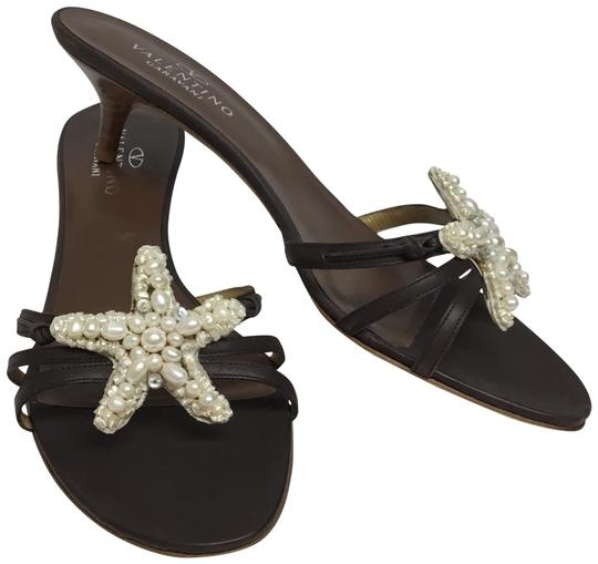 Preload https://img-static.tradesy.com/item/24814026/valentino-brown-leather-with-pearl-starfish-sandals-size-eu-395-approx-us-95-regular-m-b-0-2-540-540.jpg