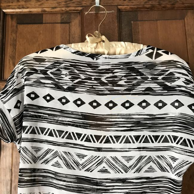 Charlotte Russe Self-tie Waist Geometric Print Short Sleeves V-neck Polyester Top White w/Black Image 4